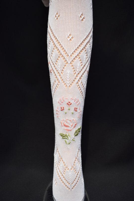 Calza fallera con detalle bordado en flor rosada de tamaño medio